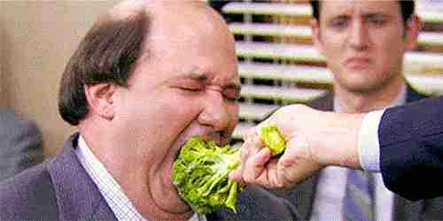 hombre comiendo brócoli