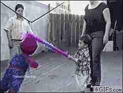 niño abrazando a piñata de spiderman