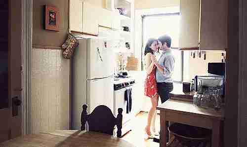 pareja bailando lentamente en cocina