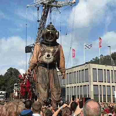 marioneta gigante manejada por un grupo de personas