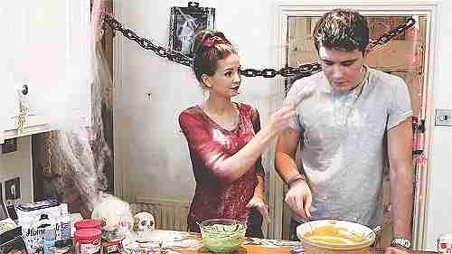pareja cocinando pastel