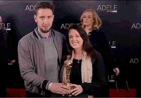 Adele haciendo photobomb