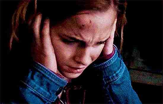 Emma Watson tapándose los oidos