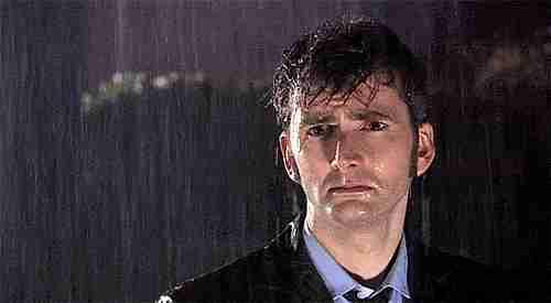persona en la lluvia con cara triste