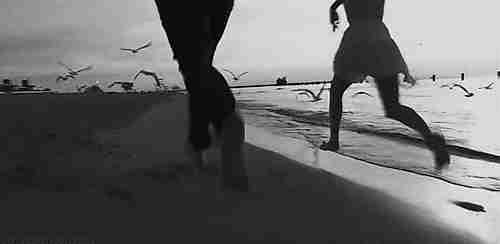 Pareja corriendo en la playa