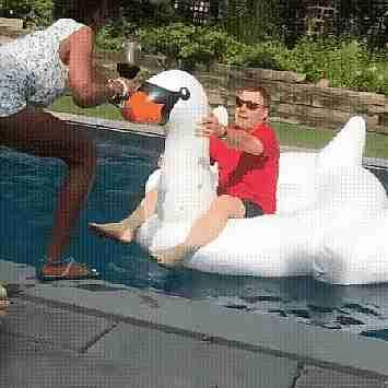 hombre cayendo al agua