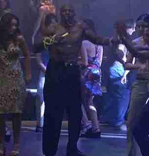 persona bailando en antro sin camisa
