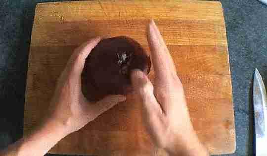 picando cebollas con la mano