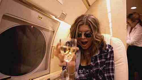 bebiendo en un avión