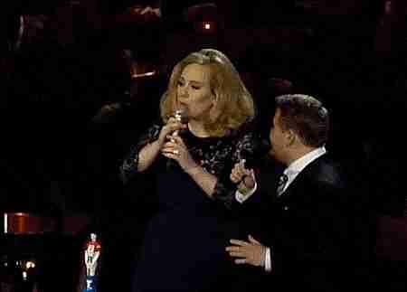 Adele mostrando el dedo