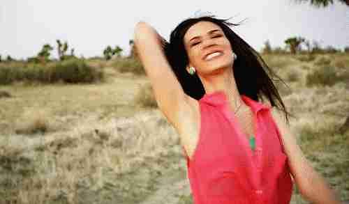 mujer feliz gif