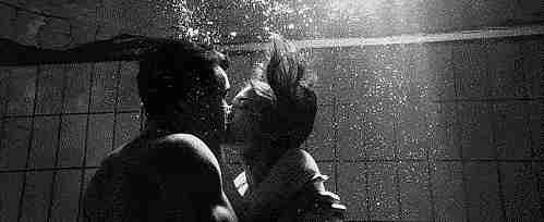 Pareja besándose bajo el agua