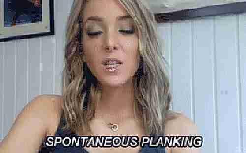 mujer diciendo plancha espontánea mientras se tira al piso