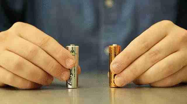 comprobando el nivel de carga de las baterías