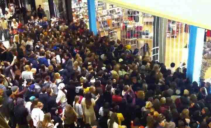 Multitud entrando a la tienda