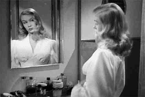 Mujer arreglándose en el espejo