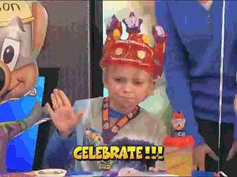 Niño celebrando