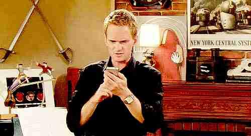 persona leyendo mensajes de texto