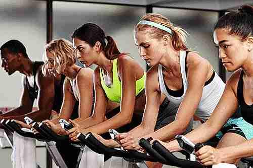 Personas entrenando en la bicicleita estática.