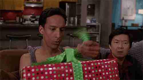 gif chico con regalo