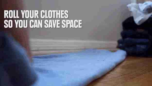 Enrolla tu ropa para ahorrar espacio