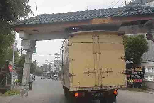 vehículo llevando frente de una entrada