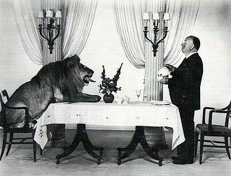 Alfred Hitchcock y Leo, el león