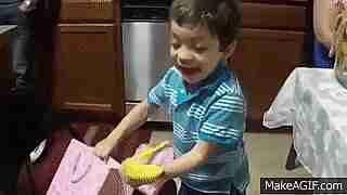 niño recibe banana de regalo