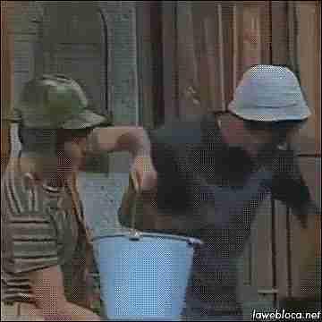 gif arrojar balde con agua