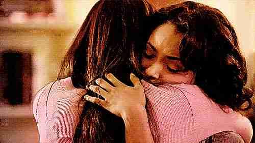 gif amigas abrazándose