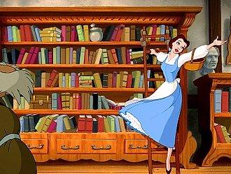 La Bella cantando en la biblioteca.