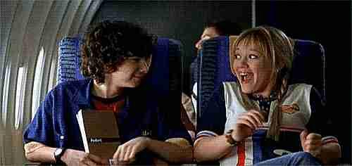 jóvenes divirtiéndose en un avión
