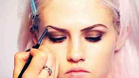 maquillar cejas gif
