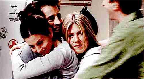 amigos dándose un abrazo