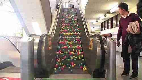 escalera mecánica con pelotas
