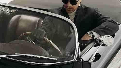 hombre manejando carro de lujo