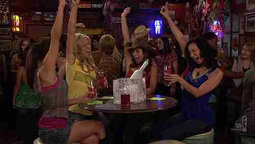 chicas en un bar