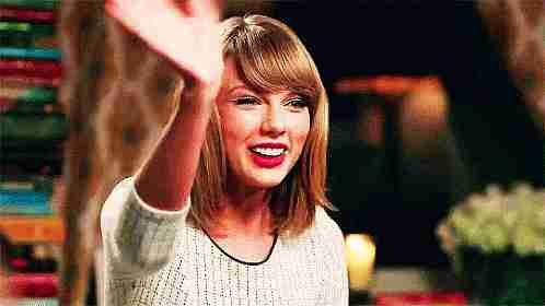 Taylor Swift saludando