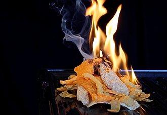 fuego encendido con cheetos y doritos