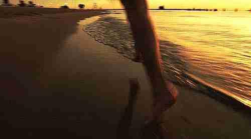 Persona trotando en la playa