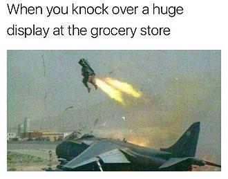 cuando vuelcas un enorme exhibidor en el supermercado