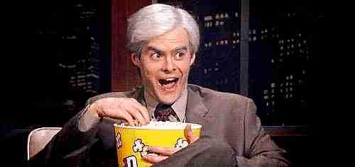 Hombre comiendo Popcorn
