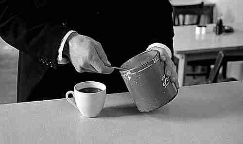 añadir azúcar al café