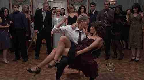 robin y barney bailando en un matrimonio