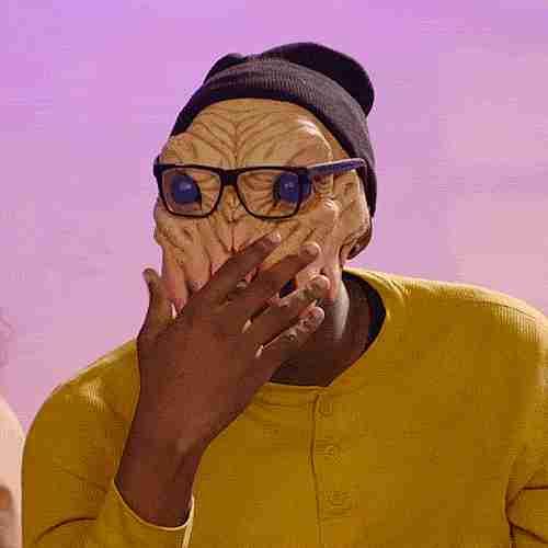 Hombre con máscara de alien