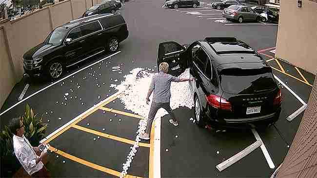 Venganza por un carro mal estacionado