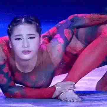 imagen de persona asiática haciendo hazañas flexibles