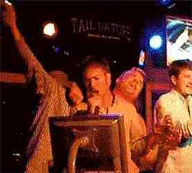 chicos cantando en araoke